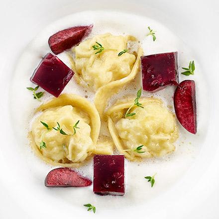 Raviolo di merluzzo su spumoso al latte e gelatina alla ciliegia piccante